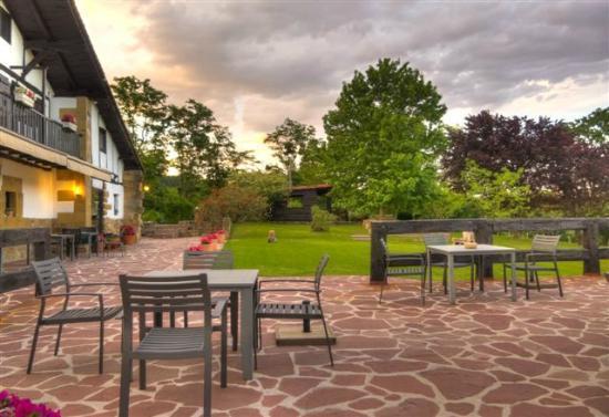 Casa Rural Arotzenea: Jardines y terraza