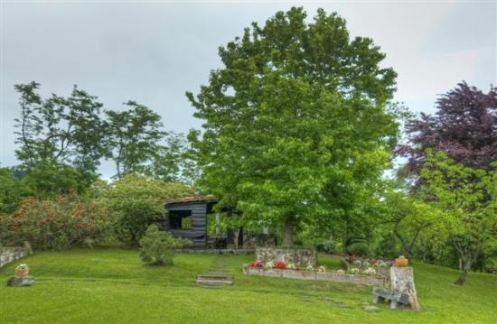 Casa Rural Arotzenea: Jardines y cabaña para juegos o reuniones
