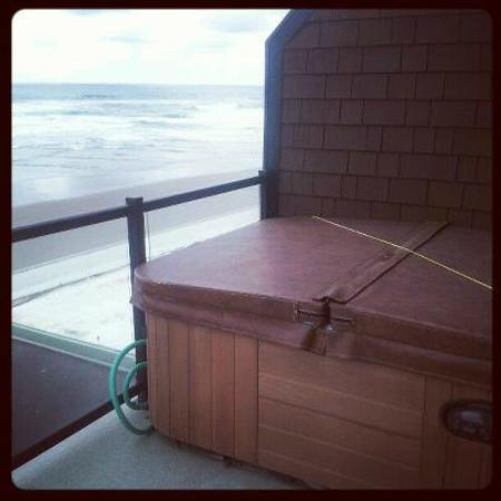 Beachfront Manor Hotel: Hot tub on our room patio overlooking beach