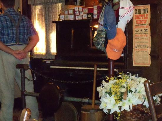 Farm House Restaurant: piano