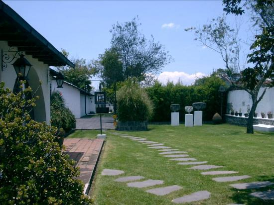Guayasamin Museum: Jardín de entrada a los museos