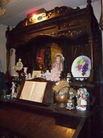 Farm House Restaurant: antiques