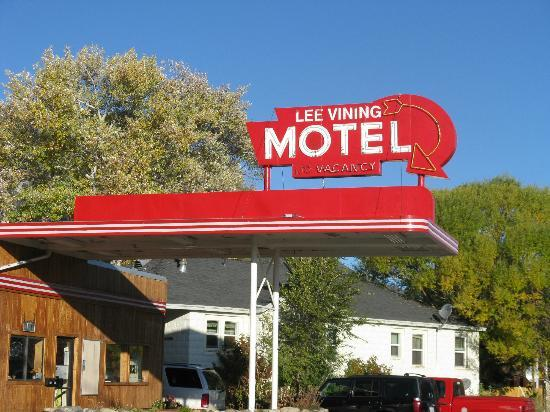 Lee Vining Motel: Motel's art deco sign