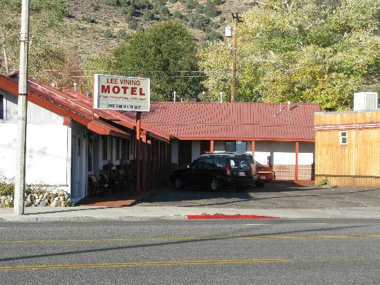 Lee Vining Motel: Another view of the L shaped Lee Vining Motel 