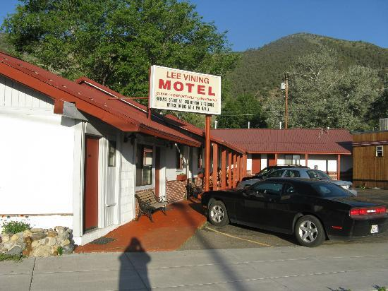 Lee Vining Motel: Another view of this L shaped motel