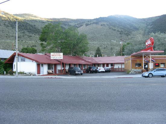 Lee Vining Motel from across hiway 395