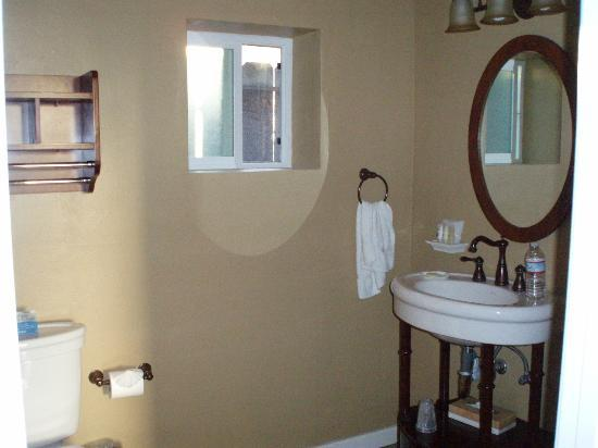 Sunset Inn: bathroom