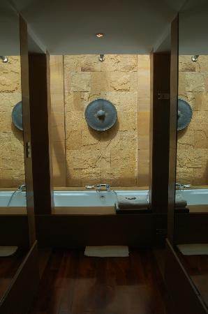 Nakamanda Resort & Spa: bathtub