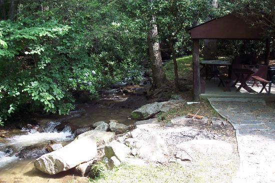 Rocky Waters Motel: Upperpicnic area