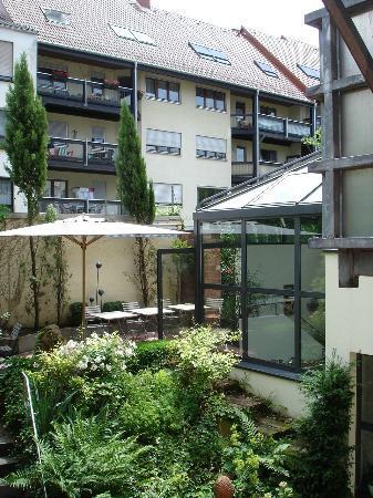 Design Hotel Zollamt: Blick aus dem Zimmer in den gartenähnlichen Innenhof
