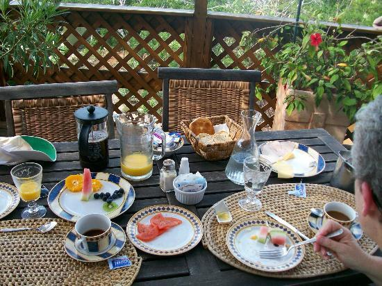 Shannas Cove Resort : Breakfast on the deck
