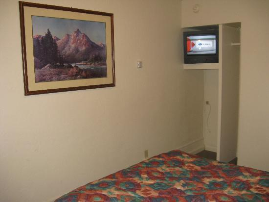 Lee Vining Motel: Tv up in corner of room
