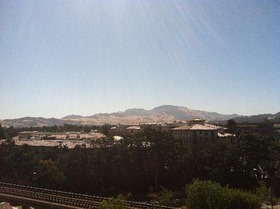 Embassy Suites by Hilton Walnut Creek: Gorgeous view of Mt. Diablo from our window