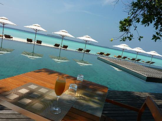 Anantara Kihavah Maldives Villas : main pool and view