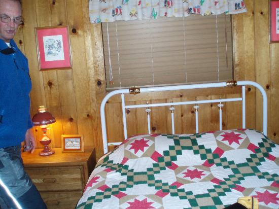 Lakeshore Resort: Small cabin but so cozy!