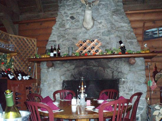 Lakeshore Resort: Fireplace in the Restaurant
