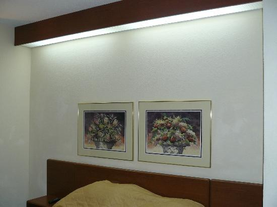 Sleep Inn : Notice the lighting way up high above the bed.