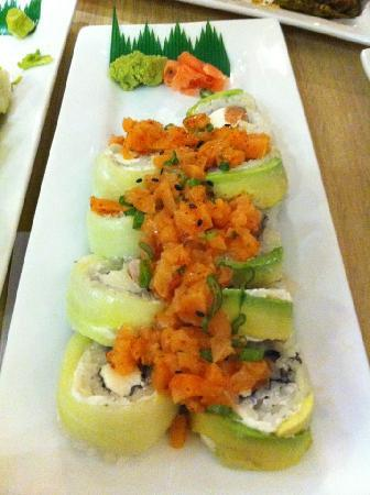 Sensei Cancún: Another favorite: Spicy Salmon Roll.