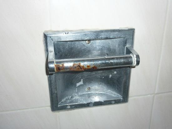 Wilshire Crest Hotel: The rusty toilet roll/soap holder in the Bathroom
