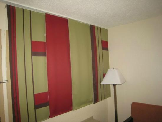 Red Roof Inn: Panel drapes