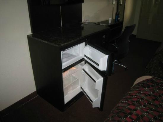Red Roof Inn: Refrigerator with separate freezer