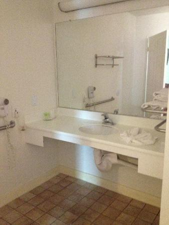 Beverly Inn: bathroom