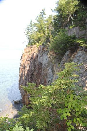 Inn at Bay Ledge: Located on cliffs 80 feet above Frenchman's Bay
