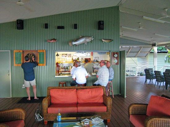 Melville Island Lodge: Relaxing at the bar