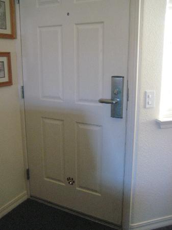 Cayucos Beach Inn: Peep holes for humans & for dogs!