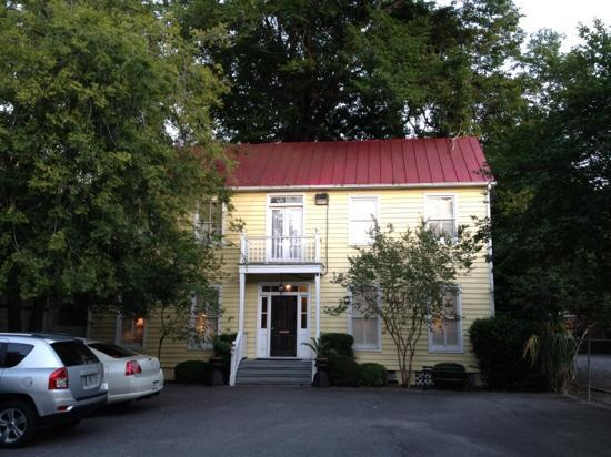 Barksdale House Inn: Guest parking and carriage house