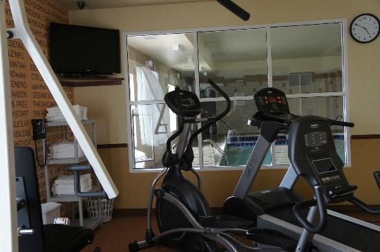 La Quinta Inn & Suites Denver Gateway Park: New equipment overlooking pool room.