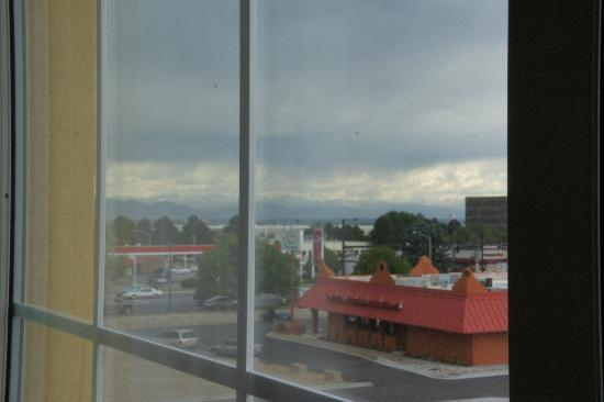 La Quinta Inn & Suites Denver Gateway Park: Mountains and clouds and wildfire haze.
