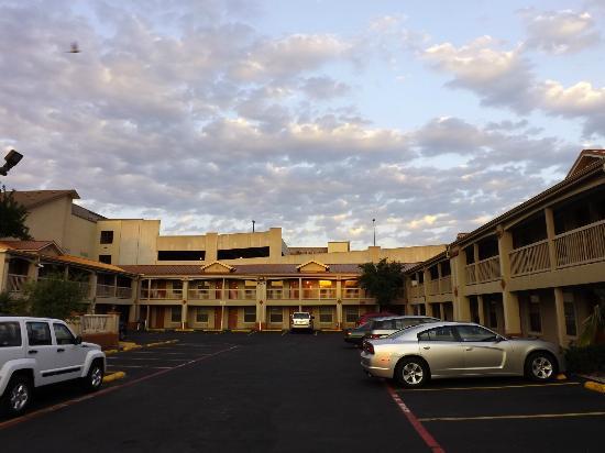 Best Western Cityplace Inn: Hotel Parking Lot