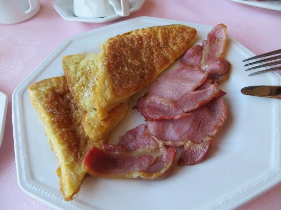 Tree Tops Bed and Breakfast: French Toast and bacon breakfast