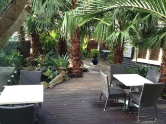 Nice Hotel & Table: tropical deck garden
