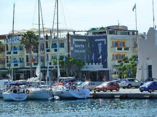 Hôtel Kosta Palace vu de l'opposé du port