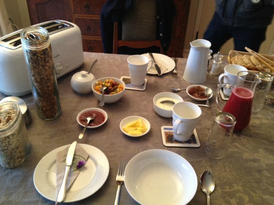 Jacaranda Lodge: Continental breakfast prepared by Robin
