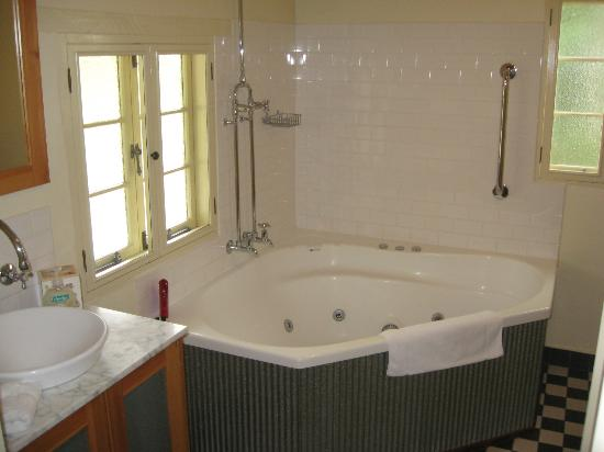 Goat Square Cottages: Each cottage has 2 person spa with shower over