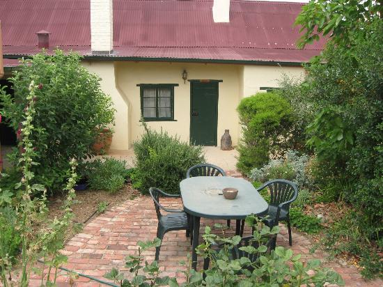 Goat Square Cottages : outdoor relaxation in courtyards and on verandah