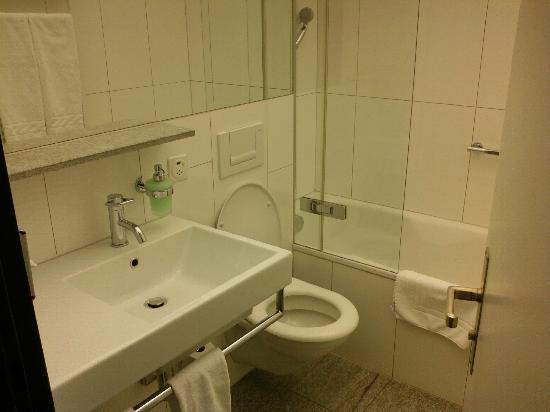 Hauser Hotel St. Moritz: Clean bathroom
