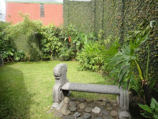 Casa Conde Hotel & Suites: Secret garden next to the gym