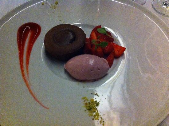 Tjuvholmen Sjomagasin: Chokladfondant med jordgubbar och glass