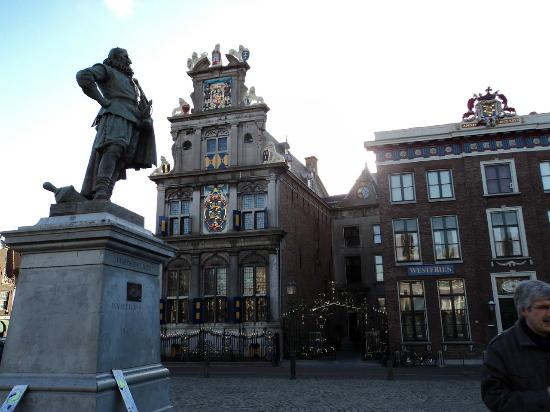 Hoorn, Países Bajos: View from the square outside showing the various crests
