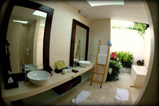Andari Bali Villas: Main Suoni bathroom