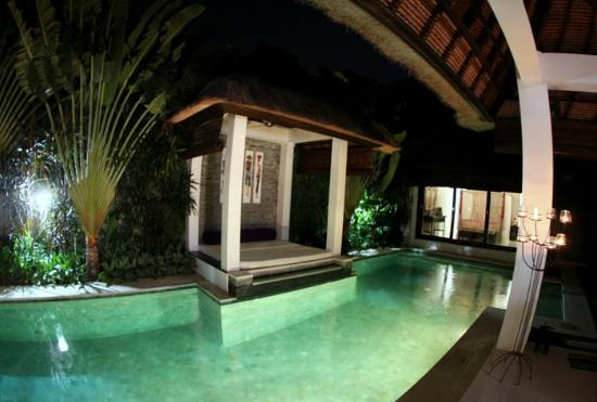 Andari Bali Villas: Suoni pool at night