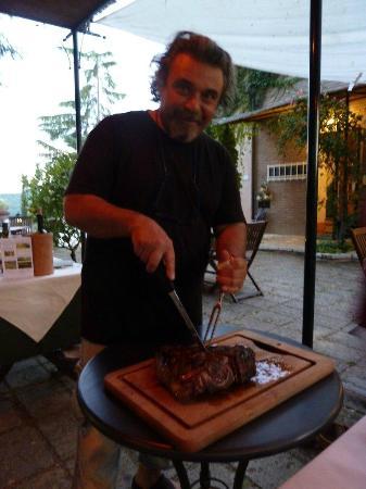 Torraccia di Chiusi: Bruno carving our Bistecca