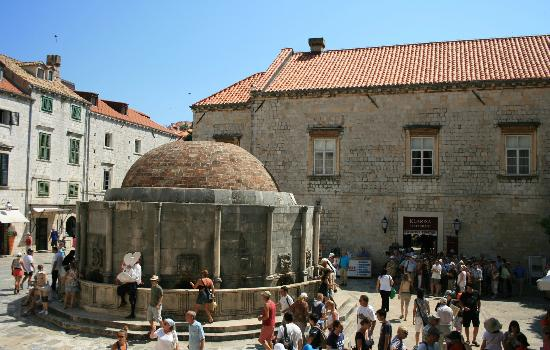 Dubrovnik Walking Tours: Meeting spot - the big Onorfios fountain
