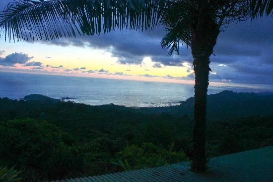 Bella Vista Lodge: After sunset, overlooking Play Dominical, Dominicalito, and others.
