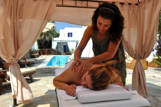 ดิออนนิซอส โฮเต็ล: massaze next to the pool