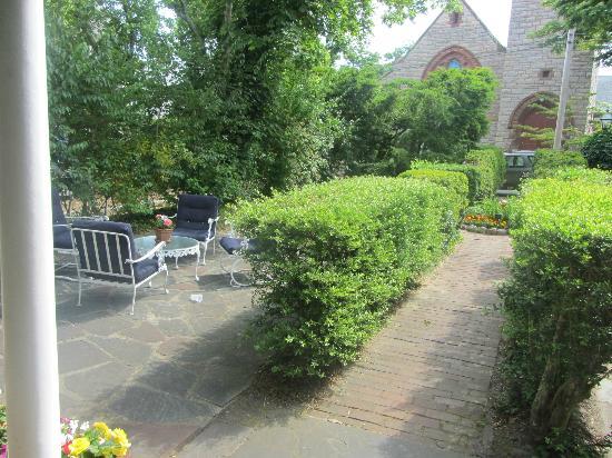 Barnacle Inn: patio and garden